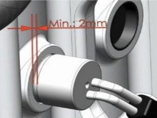 Оставьте место между упорной кромкой и стенкой блока (2 мм)